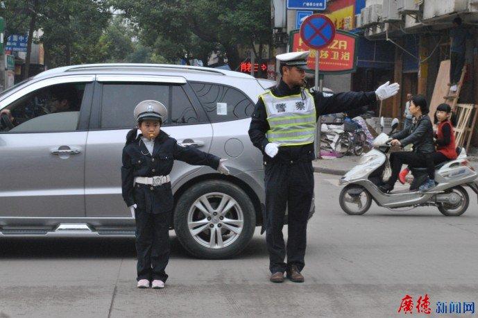 大小交警 助力农运交通安全(图)