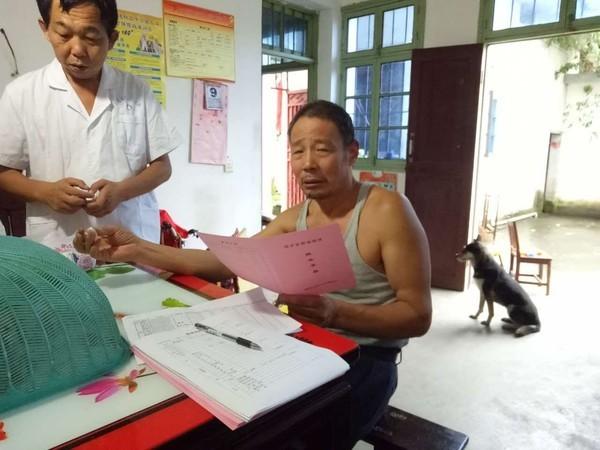 绩溪县1200名贫困患者喜领《健康脱贫服务手册》