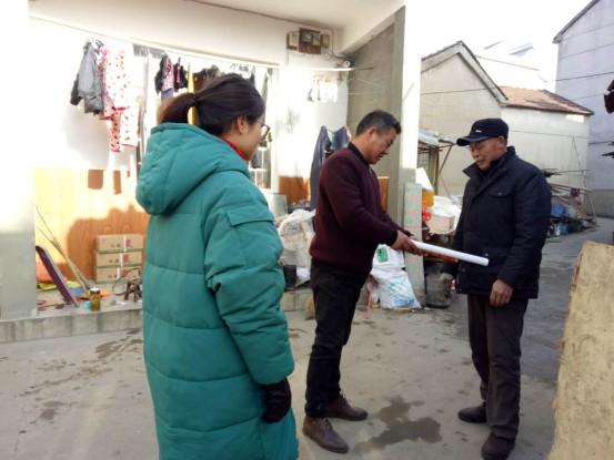 升平社区慰问退伍军人送年画活动