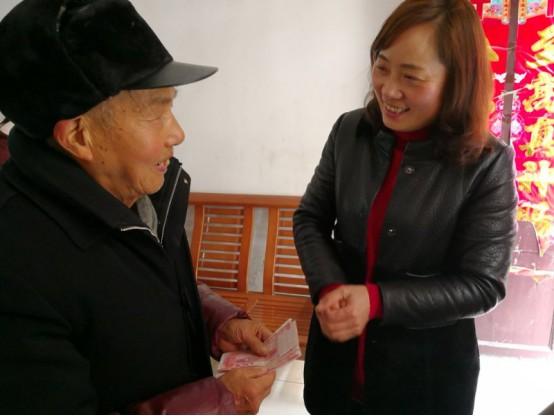 景贤社区领导走访慰问社区老党员