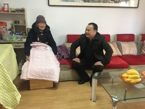 桃州镇:情暖冬日 慰问辖区高龄老人