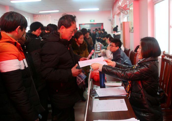 泾县:举办在贫困户家门口的招聘会