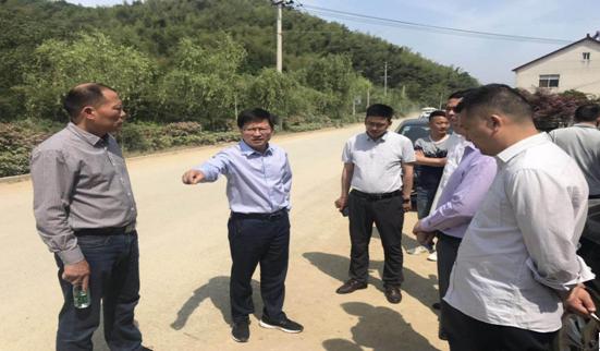 副县长马钢锋现场调度交通重点工程建设工作