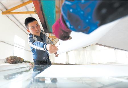 千锤百炼铸匠心――安徽宣城市工业学校培育宣纸工艺传承人掠影