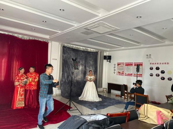 金婚银婚 定格幸福瞬间 ――荷花社区开展老年婚纱照活动