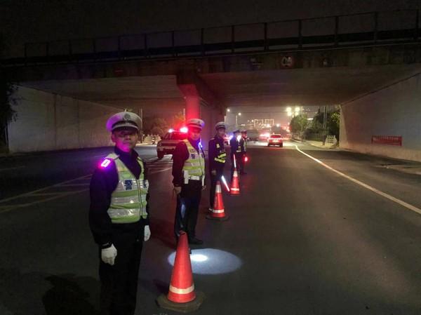 卢村交警集中警力开展夜查酒驾统一行动