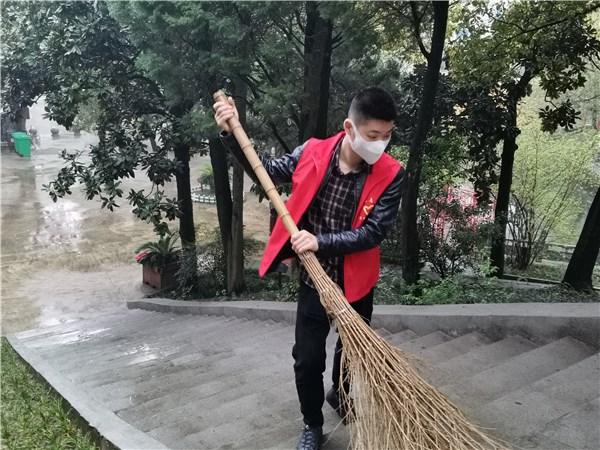桃州镇苏觉社区:祭奠革命先烈,清洁烈士陵园