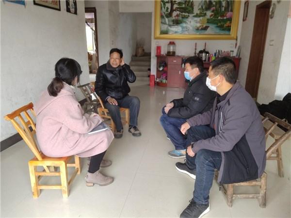 卢村乡退役军人服务管理站站长许韬慧一行来九龙村走访慰问退役军人