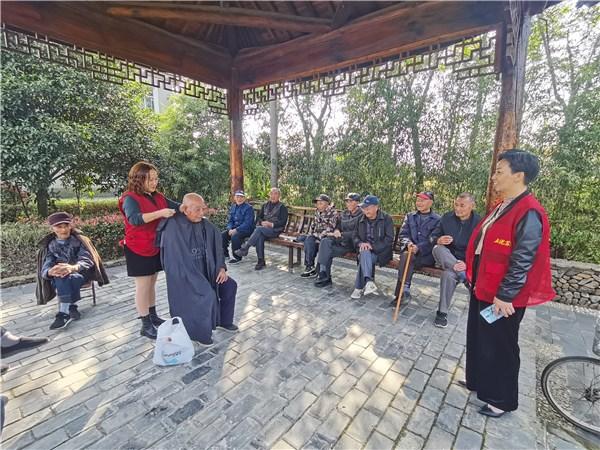 桃州镇苏觉社区:爱心义剪 情暖重阳